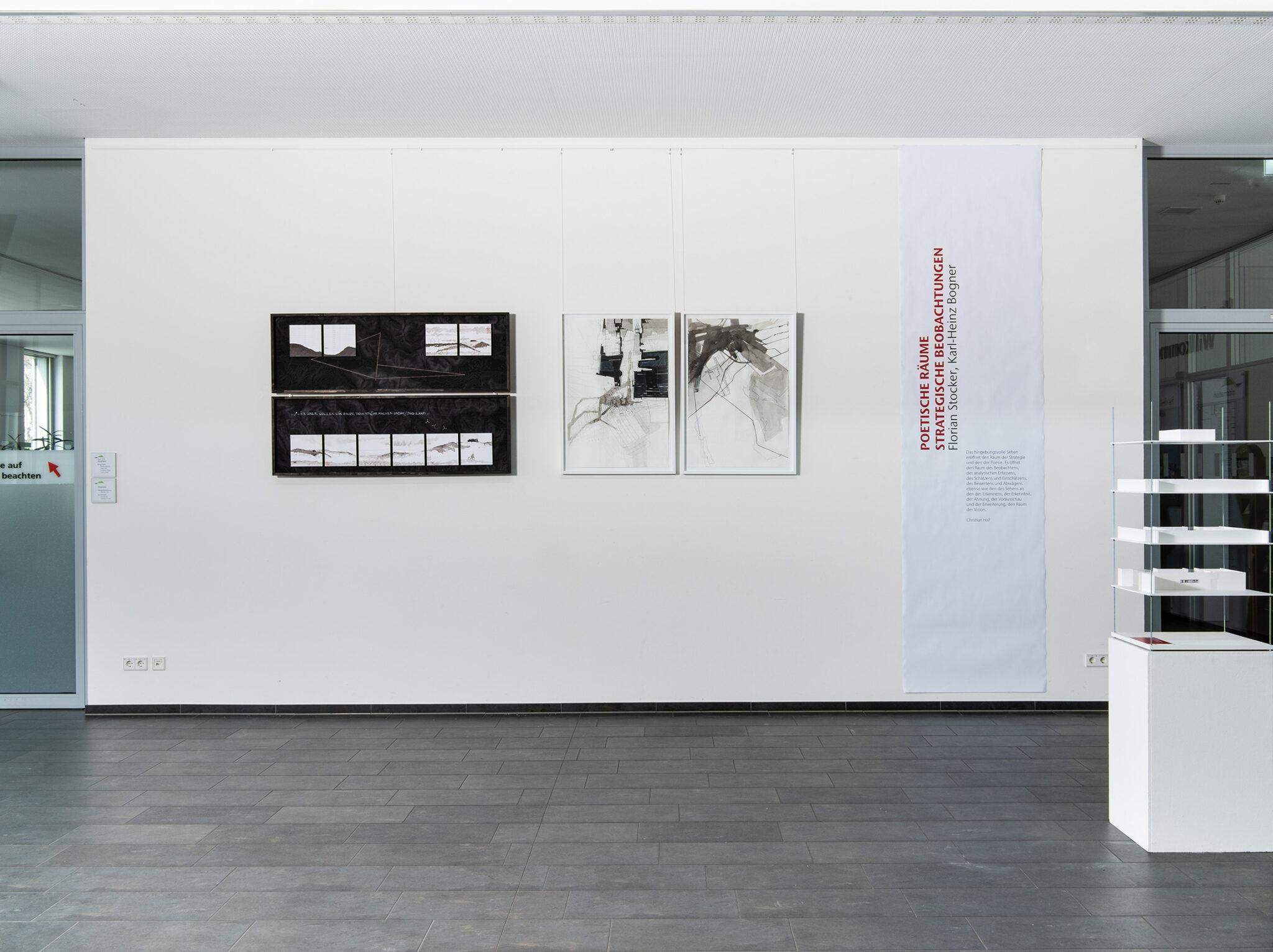 Foyer der Ausstellung »Poetische Räume – Strategische Beobachtungen« im Rathaus Remshalden. Bild: Frank Kleinbach
