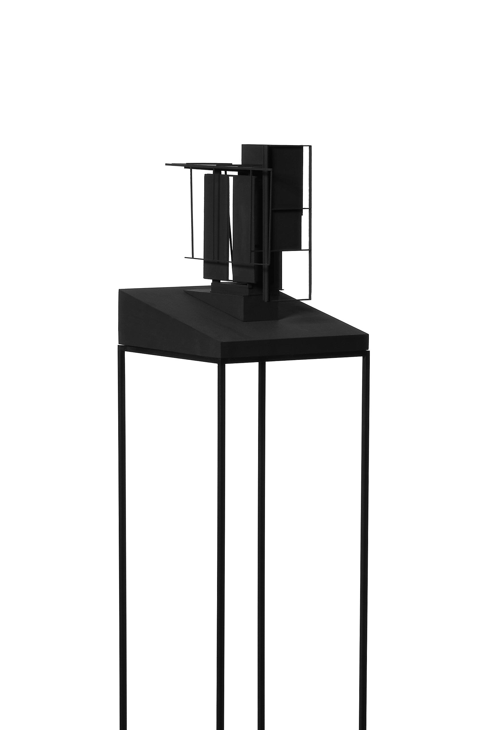 Karl-Heinz Bogner, Ohne Titel, 2005, Holz, Karton, MDF, Acrylfarbe, Höhe mit Stahlgestell: 1,40 m