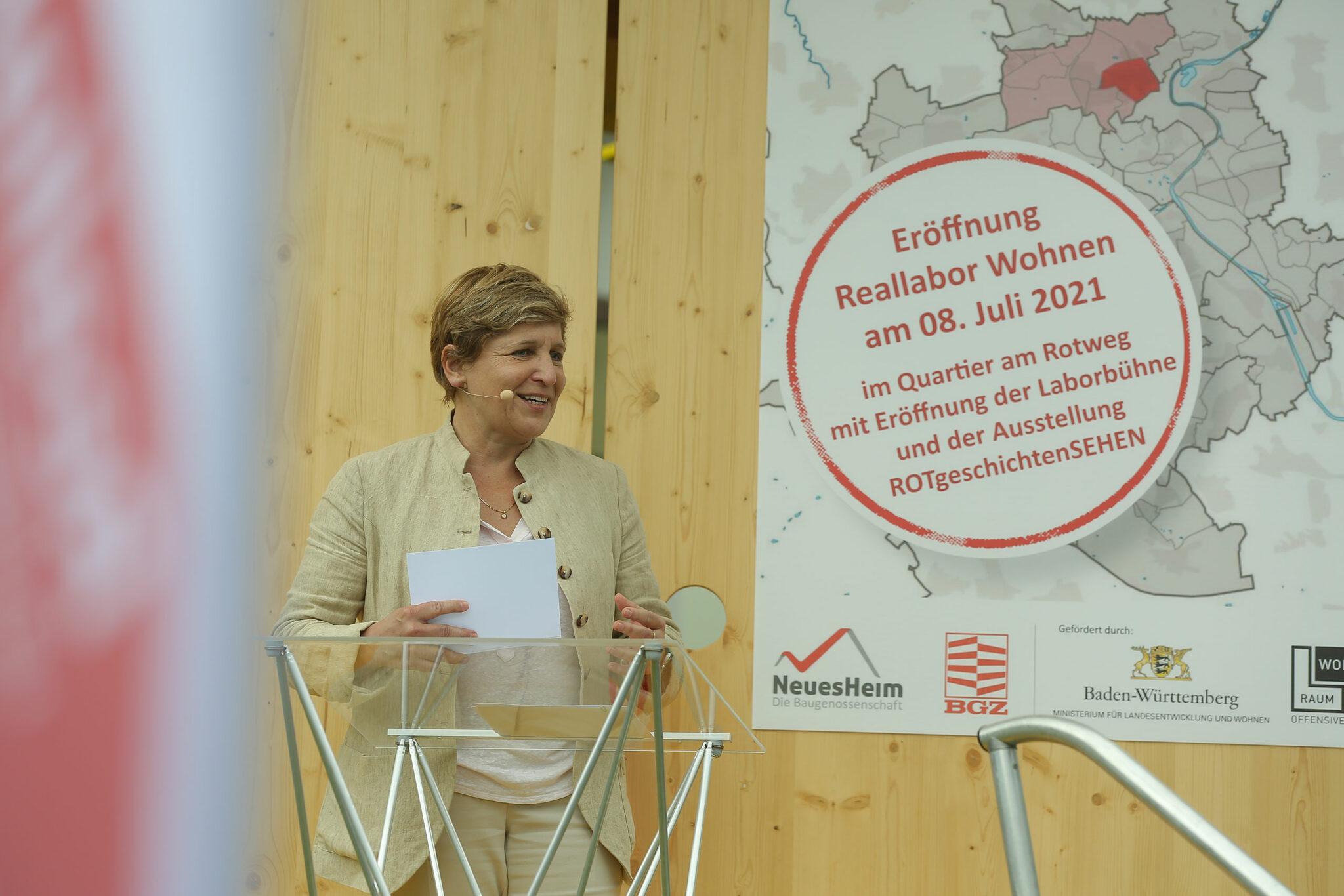 Ministerin Nicole Razavi bei der Eröffnung Laborbühne im Quartier »Am Rotweg« (Stuttgart). Bild: Petra Steinbacher / Stadtberatung Dr. Sven Fries