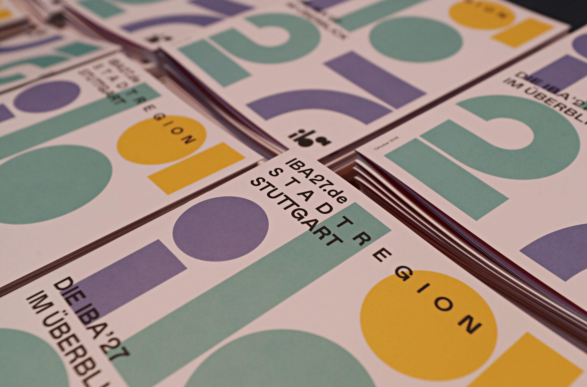 Synonymbild zur IBA. Zeitschriften mit dem Logo und Kontaktdaten.