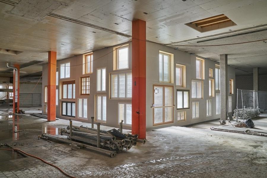 Aus den ausgemusterten Fenstern wird eine einzigartige Fassade. Bild: Martin Zeller